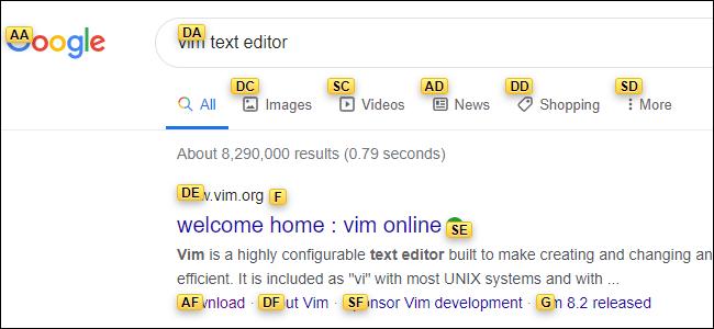 Une page de résultats Google avec chaque lien recouvert d'une étiquette jaune contenant chacune deux lettres.