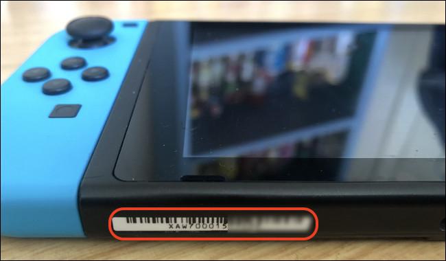 Un numéro de série sur une Nintendo Switch.