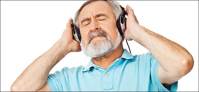Un homme plus âgé apprécie vraiment la qualité sonore de ses écouteurs coûteux