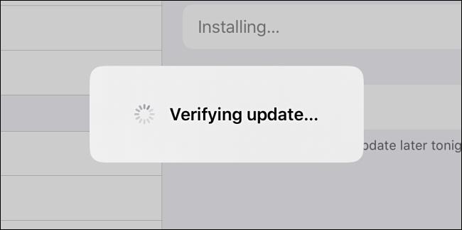 """L'iPadOS """"Vérification de la mise à jour"""" message."""