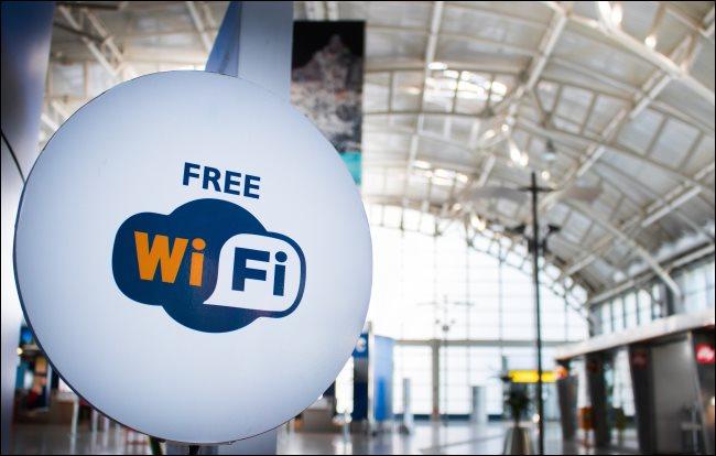 Un signe Wi-Fi gratuit dans un aéroport.