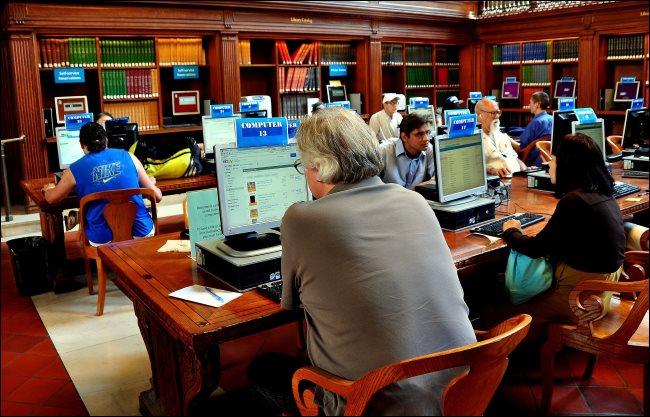 Les personnes utilisant des ordinateurs publics dans une bibliothèque de la ville de New York