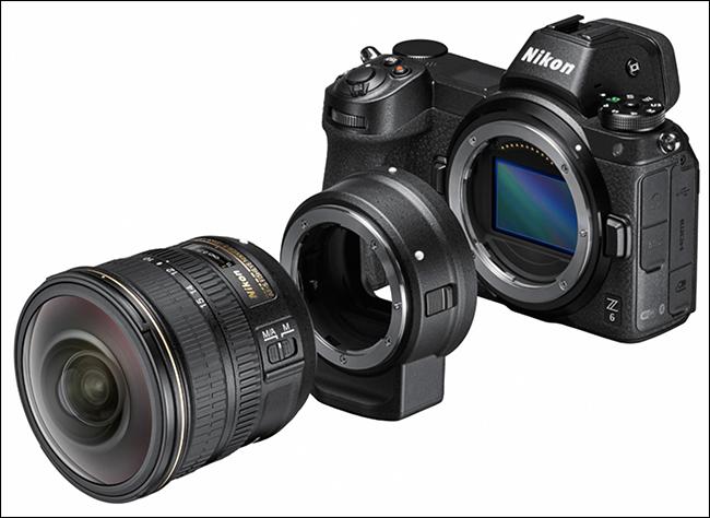 Un appareil photo Nikon, un adaptateur FTZ et un objectif.