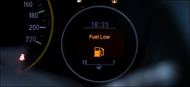 """UNE """"Carburant bas"""" message sur une jauge à essence."""