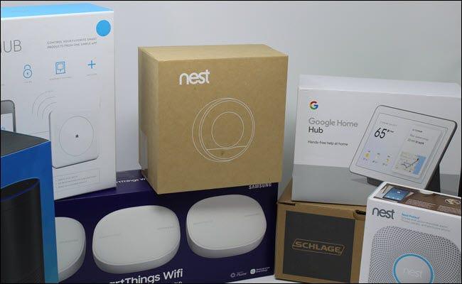 Un thermostat Nest, un clin d'œil, un hub Google Home, un verrou Eero, Echo et Schlage.