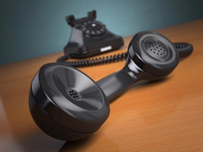 Téléphone vintage sur fond vert.  Concept de support Hotline.  3d