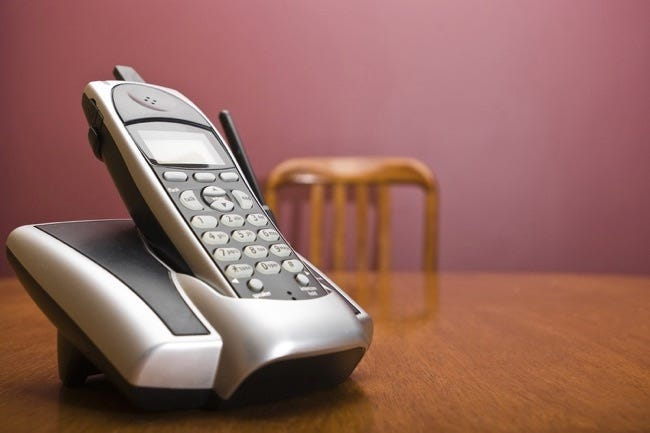 Téléphone sans fil sur une table avec chaise