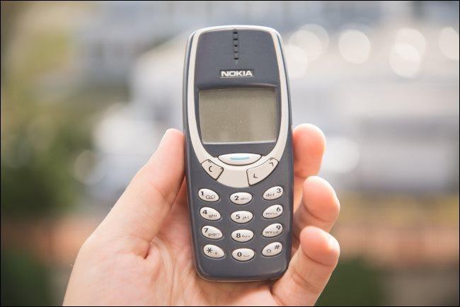 Quelqu'un tenant un téléphone Nokia 3310.
