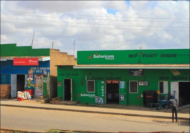 Une boutique Safaricom avec un signe M-Pesa au Kenya.