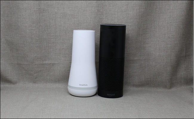 Simplisafe à côté d'un Amazon Echo