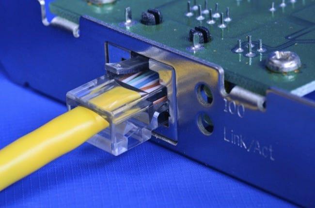 Câble Ethernet sur le concept de carte réseau de communication et internet