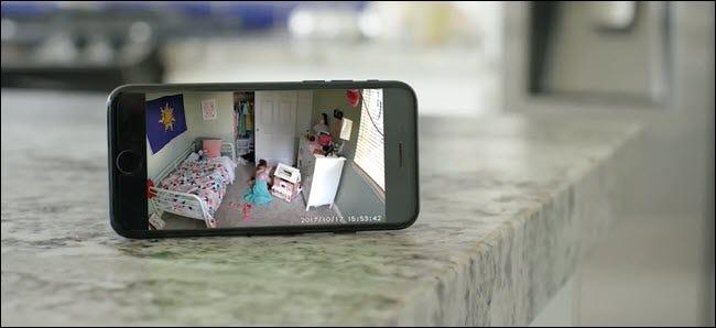 Un iPhone montrant un flux Wyze Cam d'un enfant jouant dans sa chambre.
