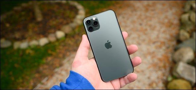 La main d'un homme tenant un Apple iPhone 11 Pro.