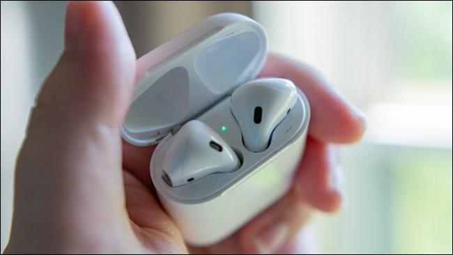 Étui ouvert Apple AirPods