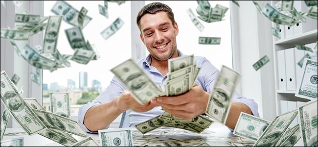 Un homme suffisant répandant négligemment des billets de 100 $ dans les airs comme la pluie