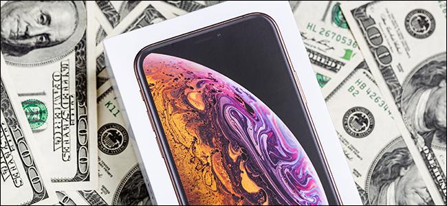 Un étui pour iPhone X sur un tas d'argent