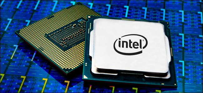 Paquet de processeur Intel Core i9 sur fond bleu.