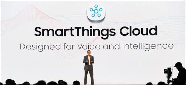 Un homme sur une scène devant un immense fond Samsung SmartThings Cloud.