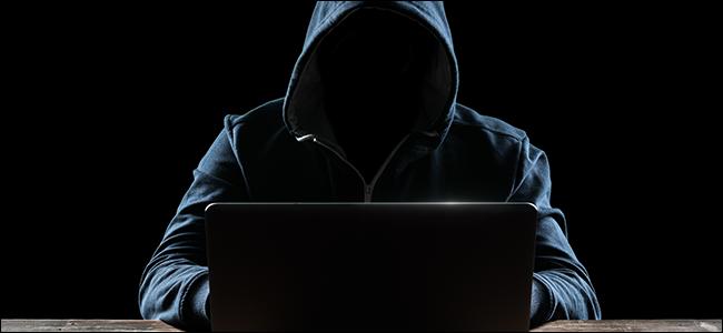Un hacker cagoulé devant son ordinateur