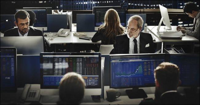 Les personnes travaillant sur des ordinateurs dans un bureau ouvert.