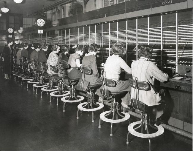 Opérateurs téléphoniques utilisant un standard dans les années 1930.