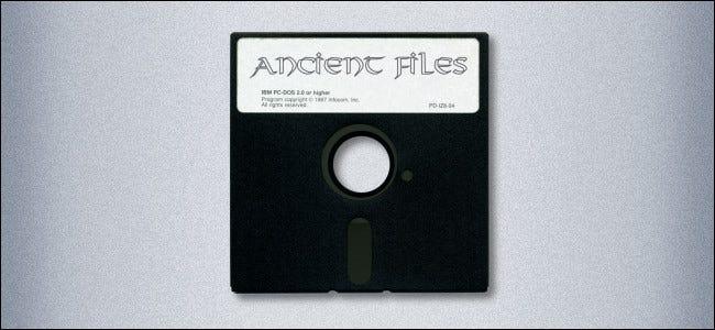 """Une disquette de 5,25 pouces étiquetée """"Fichiers anciens."""""""