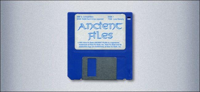 """Une disquette de 3,5 pouces étiquetée """"Fichiers anciens."""""""