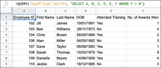 Une fonction QUERY dans Google Sheets, utilisant un opérateur de comparaison supérieur à.