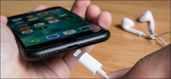 Connexion d'un câble Lightning à un iPhone