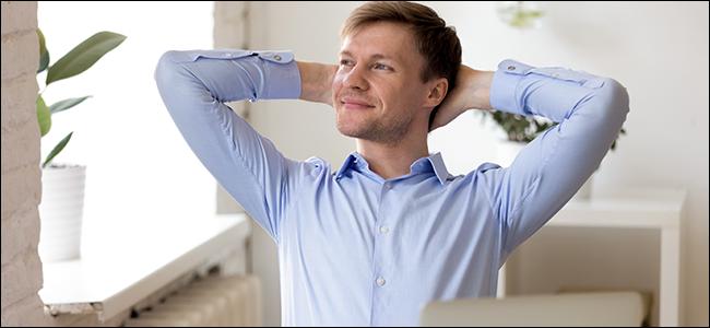 Un homme heureux car son ordinateur portable est entièrement dégazé