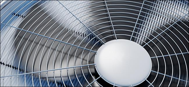 Une photo en gros plan d'une unité HVAC AC
