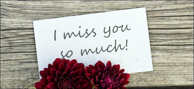 """""""tu me manques tellement"""" écrit sur un panneau à côté de fleurs"""