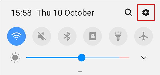 Balayez vers le bas pour accéder au volet des notifications, puis appuyez sur l'icône d'engrenages pour accéder au menu des paramètres Android