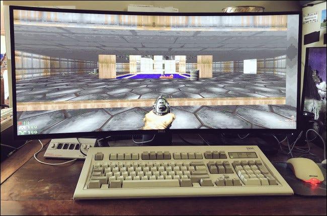 GZDoom sur un écran large derrière un clavier et une souris de bureau.
