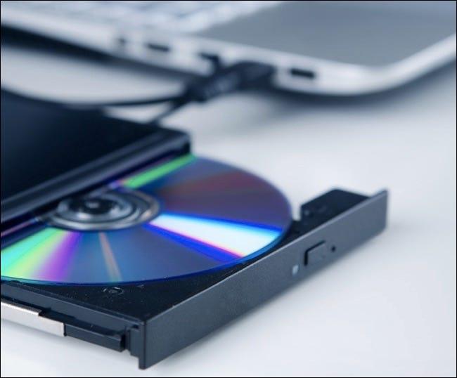 Graveur de disque optique externe.  Appareil compact connecté via le port USB
