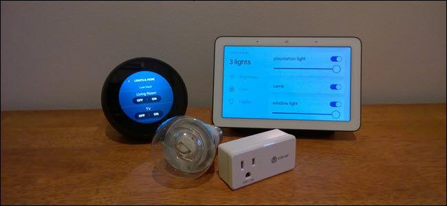 Un hub Google Home et un spot Echo devant une prise intelligente et une ampoule