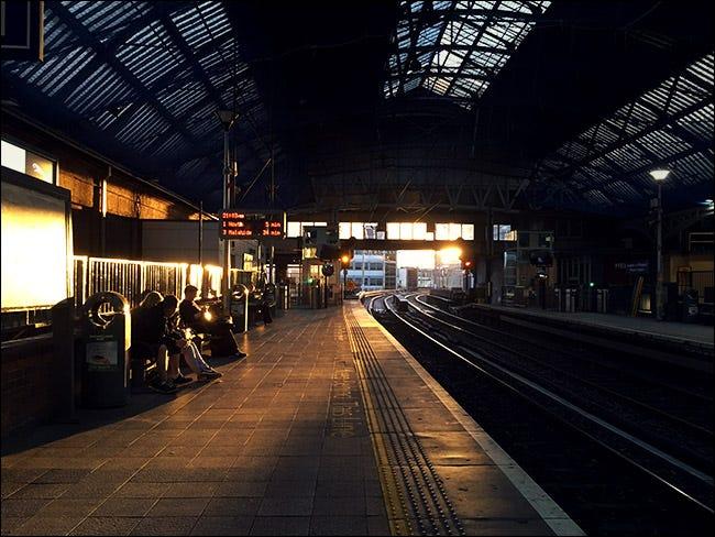 Intérieur de la gare avec coucher de soleil en arrière-plan