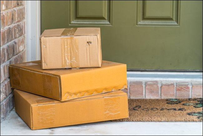 Trois paquets sur le pas de la porte.