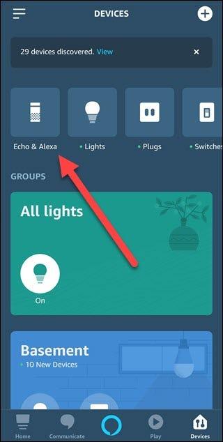 Application Alexa avec une flèche pointant vers Echo et Alexa