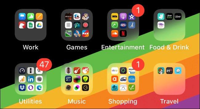 Dossiers d'applications sur un écran d'accueil iOS organisés par type.