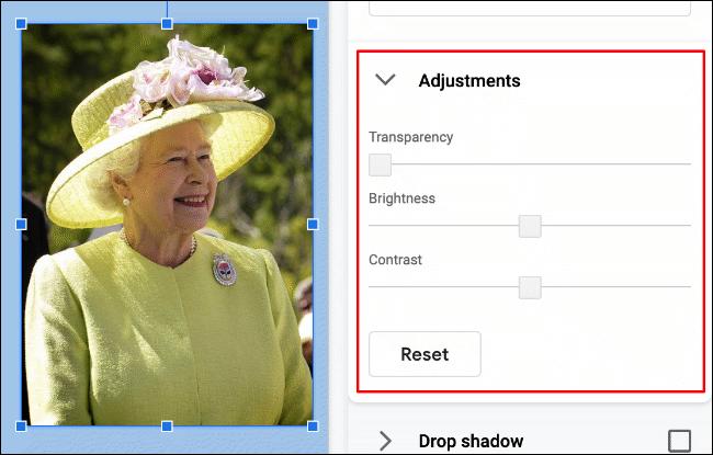 Pour modifier la luminosité, le contraste ou la transparence d'une image dans Google Slides, cliquez sur Format> Options de format> Réglages» width=»650″ height=»415″ onload=»pagespeed.lazyLoadImages.loadIfVisibleAndMaybeBeacon(this);» onerror=»this.onerror=null;pagespeed.lazyLoadImages.loadIfVisibleAndMaybeBeacon(this);»/></p> <p>L'image de la reine Elizabeth II présentée ci-dessus a un niveau de transparence de zéro.  Les niveaux de luminosité et de contraste sont également définis à zéro, avec la possibilité de réduire ces paramètres au-dessus et en dessous de zéro (en utilisant les paramètres d'image d'origine par défaut).</p> <p>Pour modifier ces paramètres, déplacez les curseurs de chaque option à l'aide de votre souris ou de votre trackpad.  Déplacez le curseur vers la gauche pour réduire l'effet de cette option ou déplacez-le vers la droite pour l'augmenter.</p> <p><img loading=