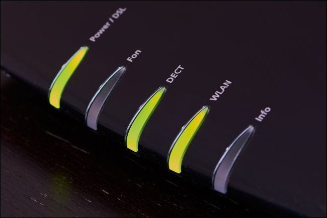 Voyants d'état verts sur un modem.