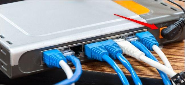 Connexions d'alimentation et de câbles à l'arrière d'un routeur.