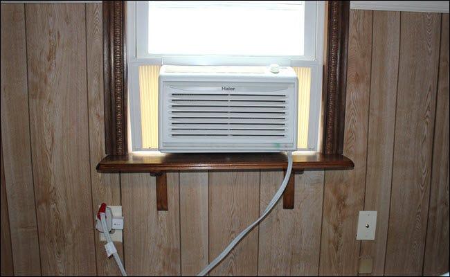 une unité Window A / C connectée à une prise intelligente, qui est branchée dans une prise.