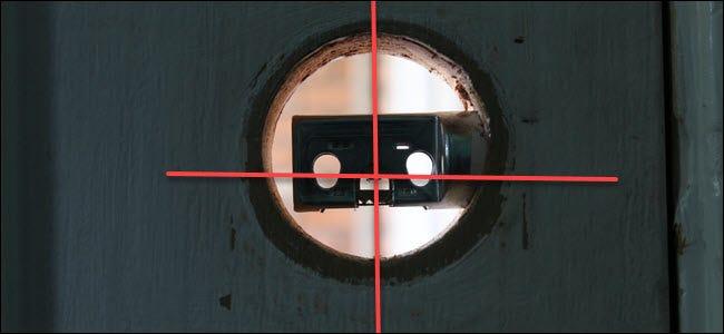 Une cavité de serrure avec un boulon et des lignes traversant le centre vertical et horizontal.