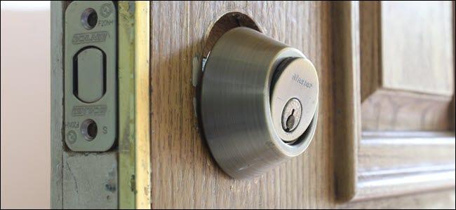 L'ensemble clé d'une serrure, légèrement incliné hors de la porte.