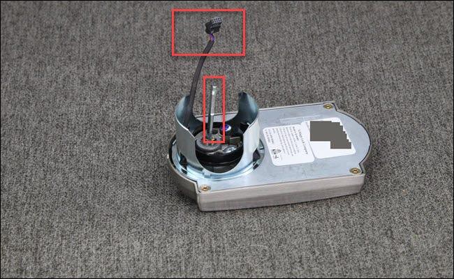 Un assemblage Schlage Encode avec une boîte rouge autour d'un assemblage de fils et d'une barre.