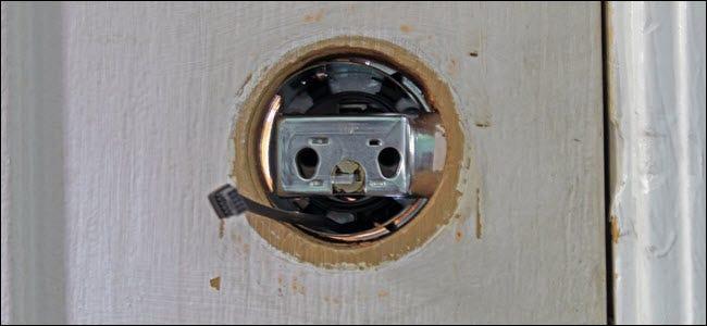 L'intérieur du trou de verrouillage de la porte, montrant le câblage passant sous l'assemblage du boulon.