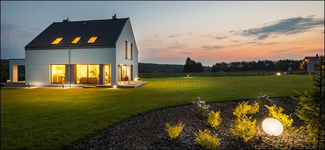 le soleil du soir se couche sur une petite maison blanche