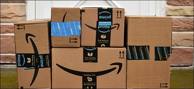 Une pile de boîtes Amazon à un porche.
